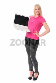 junge frau hält eine präsentation am laptop