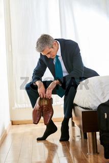 Business Mann im Hotel sitzt erschöpft