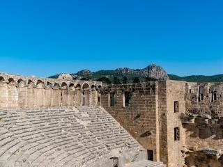 Roemisches Theater von Aspendos - Innenfassade des Buehnengebaeudes links mit den oberen Zuschauerraengen und dem Arkadengang