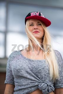 blondes mädchen mit basketcap