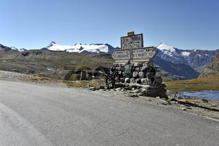 Straße und Wegweiser am Col de l'Iseran