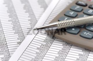 Finanzen Kalkulation mit Stift und Rechner