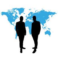 Geschäftsleute vor Weltkarte