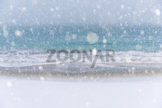 Schneefall am Sandstrand, Senja, Norwegen
