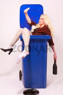Betrunkene Junge Frau mit langen , blonden Haaren