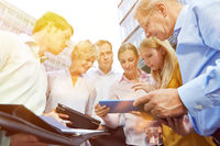 Business Meeting mit Tablet Computer im Sommer