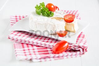 Ein runder Camembert liegt auf einem Teller