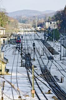 Bahnhof mit schneebedeckter Gleisanlage im Winter