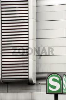 Straßenbahnschild vor markanter Fassade