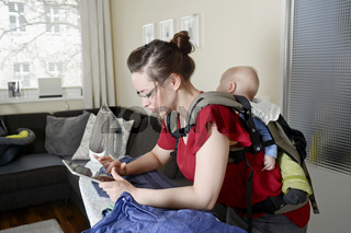 Mutter mit Baby und digital tablet    mother with baby and digital tablet