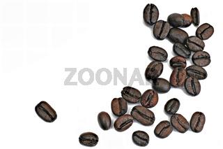 einige Kaffeebohnen auf weißem Hintergrund