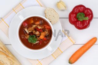 Gulasch Suppe Gulaschsuppe Suppentasse mit Fleisch und Paprika von oben