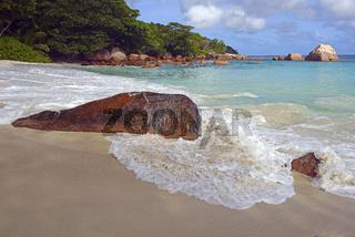 Strand und Felsen des Anse Lazio am Abend, Insel Praslin, Seyche