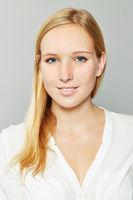 Bewerbungsfoto von einer blonden Frau