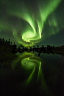 Nordlicht (Aurora borealis) spiegelt sich in einem See, Lappland, Schweden