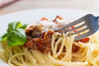 Spaghetti mit Bolognese Soße Parmesan und Basilikum