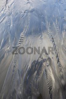 stroemendes Wasser an einem Sandstrand, Lofoten, Norwegen