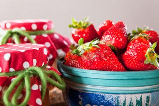 Hausgemachte Erdbeermarmelade mit frischen Erdbeeren