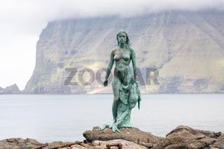 Statue einer Selkie, Wesen der Mythologie in Mikladalur auf den Färöer Inseln