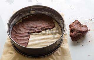 Russischer Zupfkuchen wird in einer Backform vorbereitet und zubereitet