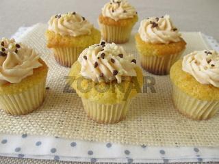 Glutenfreie Cupcakes mit Frischkaese-Creme und Schokostreuseln