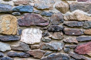 Mauerwerk farbige Natursteine