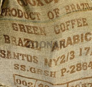 Beschrifteter Jutesack für grüne Kaffeebohnen aus Brasilien