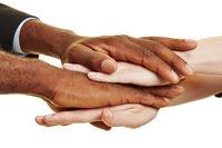 Afrikaner und Europäer stapeln Hände