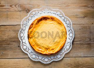 Käsekuchen auf rustikal Holz mit Tortenspitze