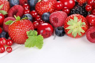 Beeren Früchte auf Holzbrett mit Erdbeeren, Himbeeren, Kirschen