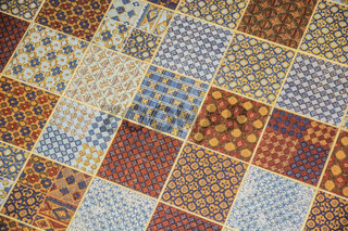 Tiled or linoleum floor covering with repeating square pattern