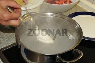 Speisequark-Nocken mit karamellisierten Apfelspalten, Nocken kochen