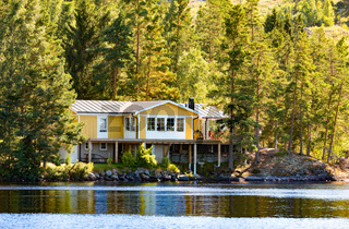 Gelbes Holzhaus am See