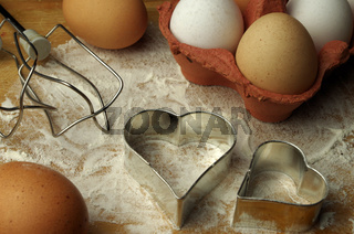 Eier und Rührhaken und Ausstechformen