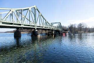 Glienicker Brücke mit Schubschiff