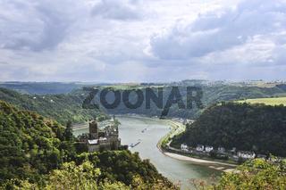 Burg Katz am Rhein, dahinter links Sicht auf Loreley Felsen, das Tal und die Gebirge der Umgebung