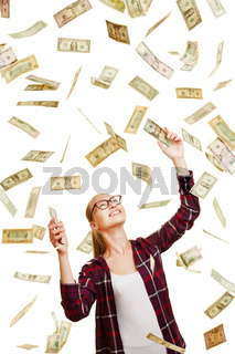 Frau fängt Dollar aus Geldregen