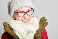 Frau mit Brille in Winterkleidung