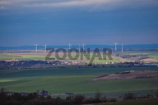 Landschaft mit Windrad im Frühjahr