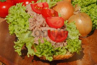 Fischbrötchen mit Thunfischfilet, Salat, Gewürzgurken, Zwiebeln