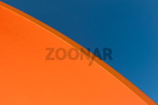 Orange und Blau.