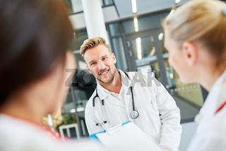 Mann als Medizin Student oder Assistenzarzt