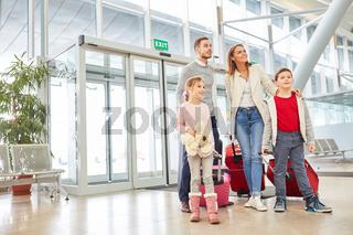 Eltern und  Kinder freuen sich auf Familienurlaub