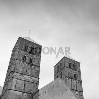 Dunkle Wolken ueber St.-Paulus-Dom