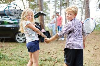 Junge und Mädchen halten Hände vor der Reise