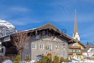 Traditionelles Gebaeude vor der Alten Kirche, Garmisch Partenkirchen