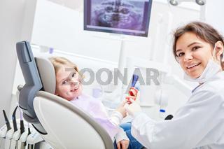Fröhlich lächelndes Kind als Patient und ZFA