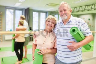 Glückliches Paar Senioren freut sich auf den Yogakurs