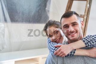 Glückliches junges Paar freut sich über den Umzug