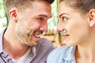 Mann schaut seiner Freundin tief in die Augen